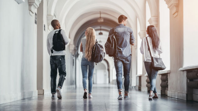 les étudiants marchant vers la classe